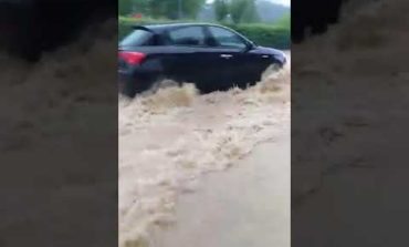 Video shock: la strada a Mantignana diventa un fiume