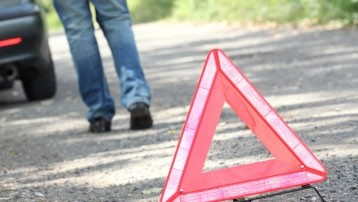 Auto con famiglia di sette persone si ribalta, due lievi feriti nell'incidente