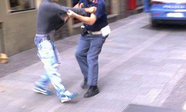 Spacciatore in fuga scaglia una bottiglia contro la polizia, denunciato per spaccio e resistenza