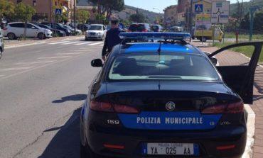 Una patente contraffatta e decine di auto non assicurate nei controlli della Polizia Municipale