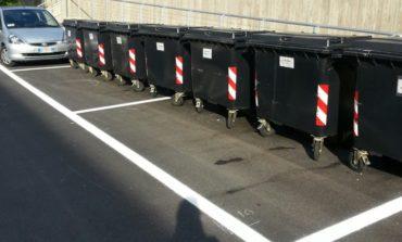 Nel quartiere 'Il Rigo' l'indifferenziata la parcheggiano così: la foto che fa il giro del web