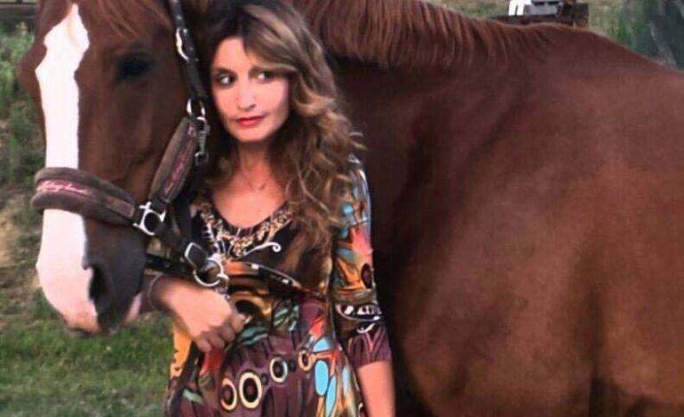 Catia Brozzi, la donna che salva i cavalli dalla macellazione, spiega l'ippoterapia