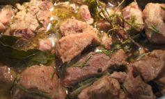 Spezzatino autunnale: maiale, rosmarino e bacche rosa