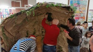 I bambini delle elementari presentano i loro lavori nella Sala del Consiglio Comunale