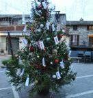 L'albero delle tasse spunta in piazza: imu e tasi al posto di luci e palline
