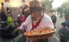La befana regala caramelle a decine di bambini in piazza