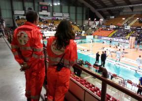 Tifoso si accascia sugli spalti, i volontari dell'Ovus intervengono col defibrillatore