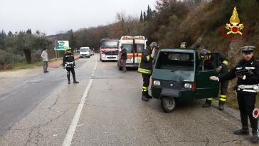 Incidente a Corciano: l'Ape si ribalta, intervengono i vigili del fuoco