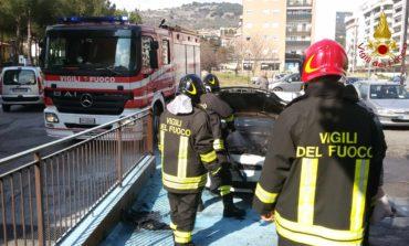 Un auto prende fuoco in via Gramsci a Ellera