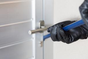 Ellera furto in abitazione: i ladri portano via lenzuola scarpe e mutande