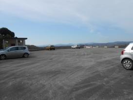 Parcheggio della scuola di Corciano, lavori finiti: nuovo asfalto e ringhiere verniciate