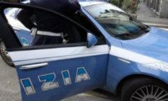 Topo d'auto a Ellera, la polizia lo acciuffa in pochi minuti: aveva rubato la borsa di una mamma