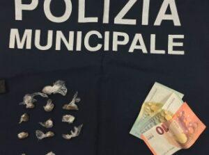 A venti anni spaccia hashish, sorpreso a Ellera dalla Polizia Locale