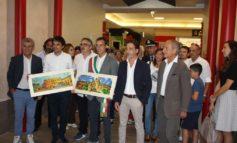 Al Gherlinda le opere di Martinelli inaugurano il nuovo ingresso, poi sfida a bowling fra i due sindaci