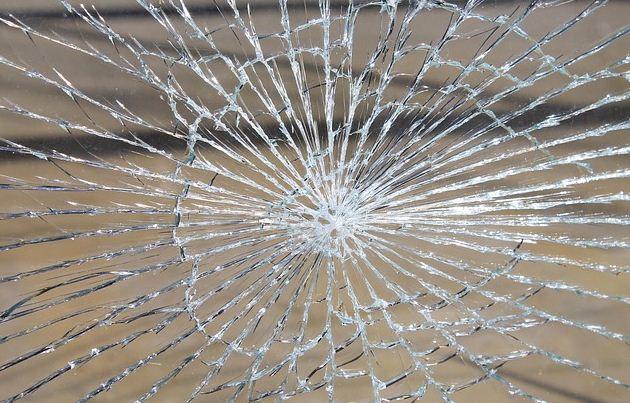 Atti vandalici nelle scuole corcianesi: rotta la tendostruttura, i docenti si riuniscono al centro anziani