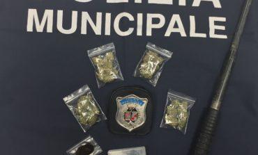 25enne denunciato dalla polizia locale: aveva marijuana, hashish, anfetamine e un manganello