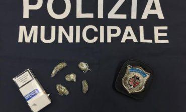 Vende marijuana ad un minorenne, perugino di venti anni denunciato dalla Polizia Locale