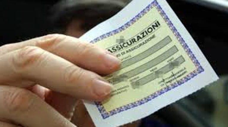 Senza patente guidava un'auto senza assicurazione né revisione: denunciata dalla polizia
