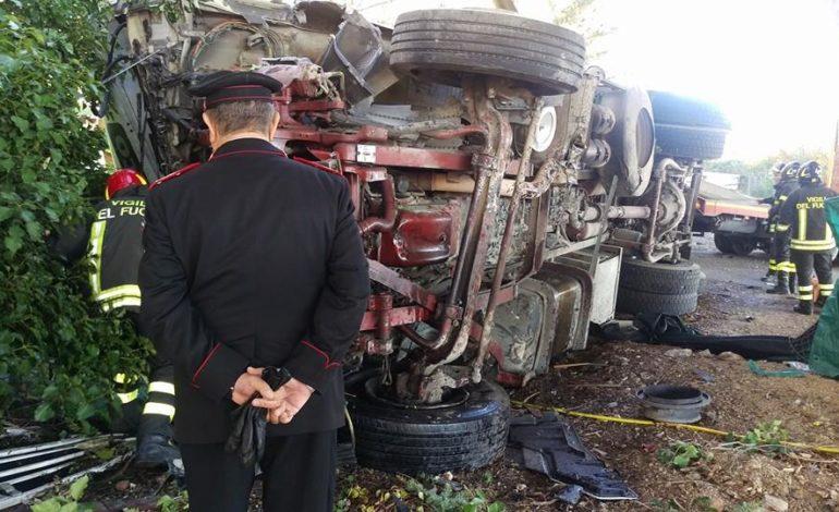 Camion precipita dal raccordo Perugia-Bettolle, tragedia sfiorata a due passi da una casa