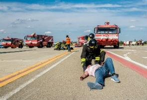 Esercitazione di emergenza all'aeroporto con un aereo in avaria
