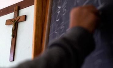 """Guasticchi: """"Rimettiamo il crocefisso obbligatorio a scuola"""", SEL: """"Sono toni da crociata"""""""