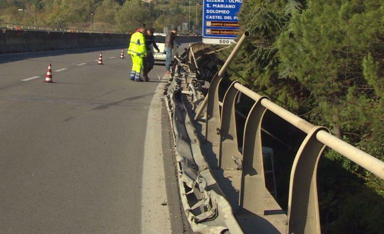 """Camion giù dal viadotto, Anas: """"La barriera del raccordo sarà ripristinata in 48 ore"""""""