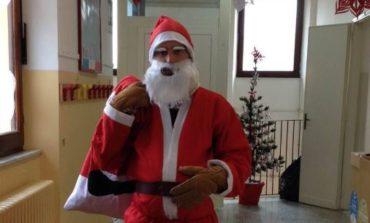 Babbo Natale in anticipo, porta regalini ai bimbi della primaria di Mantignana