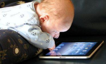 Covid: la metà dei ragazzi sta davanti agli schermi per oltre 8 ore al giorno