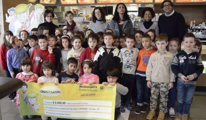 8mila euro investiti in lavagne interattive multimediali, la scuola Aldo Capitini ritira il premio McDonald's