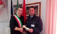 Il riconoscimento a Luca Bellini l'eroe che salvò un ragazzo dal suicidio