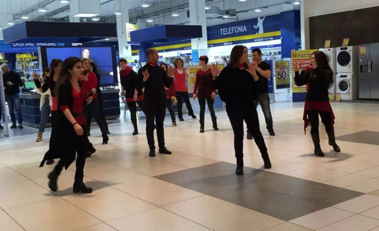 Flash Mob contro la violenza sulle donne, l'8 marzo celebrato con il linguaggio dei segni