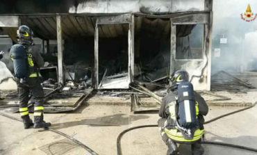 Terribile incendio a Taverne di Corciano: azienda completamente distrutta dalle fiamme