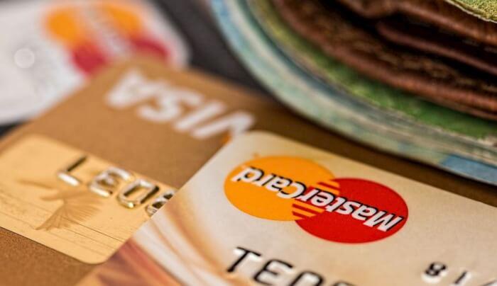 Fa acquisti per 2.500 euro al centro commerciale con carte rubate, arrestato algerino