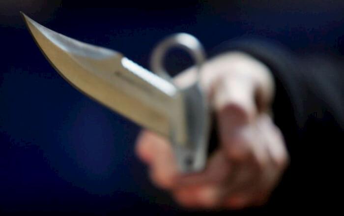 Minorenne dà di matto e minaccia una famiglia intera con un coltello, paura a San Mariano