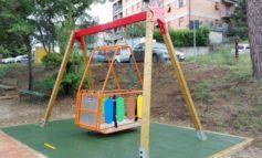 Disabilità: la prima altalena per bambini con difficoltà motorie è al Parco dei Tigli