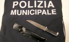 Controlli antidroga: la polizia di Corciano sequestra un coltello con lama da 29 centimetri