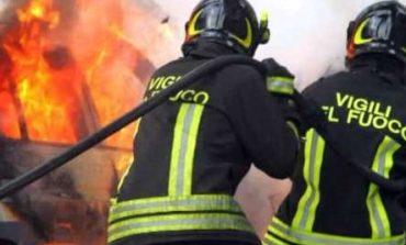Incendio alla P.Esse Trasporti di Taverne, a fuoco tre camion
