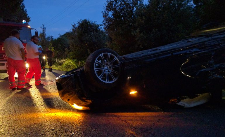 L'auto si ribalta vicino al dirupo, conducente illeso