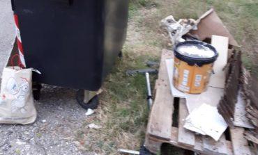 Rifiuti a Valpinza, i residenti denunciano i cassonetti utilizzati impropriamente