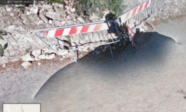 I cittadini segnalano: muro crollato e buche sulla strada, interventi attesi da tempo
