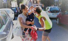 Bacia il papà durante la gara podistica, la foto fa il giro del web