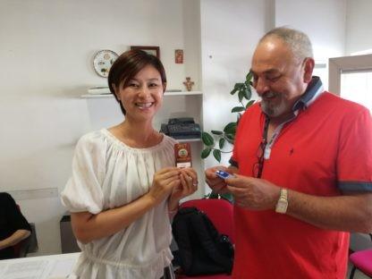 """La blogger giapponese Eriko Kurashita visita il Centro socioculturale """"A.Cardinali"""" di Ellera"""