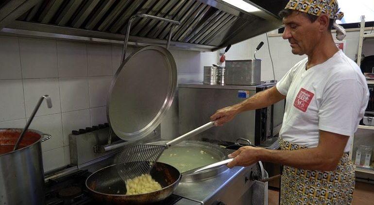 La festa di Mantignana verso la conclusione: ancora pochi giorni per gustare il pollo all'arrabbiata e altri piatti locali
