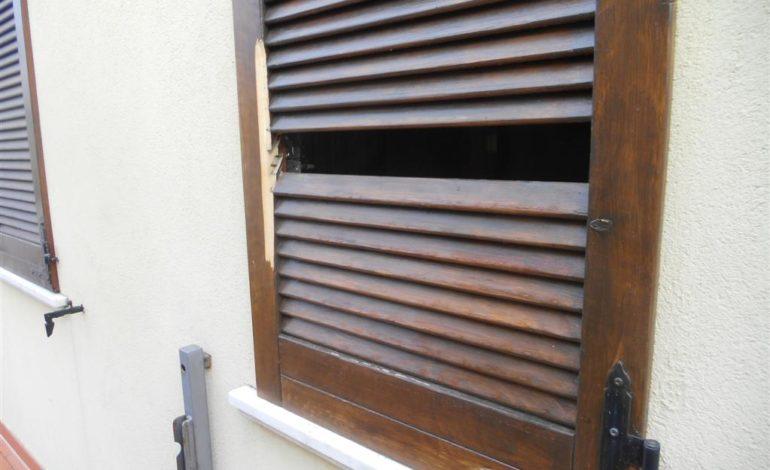 abitazione effrazione furto ladri sabato sera cronaca
