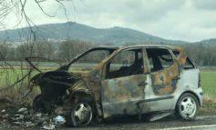 Mercedes carbonizzata sotto il cavalcavia: un pericolo per gli automobilisti e l'ambiente