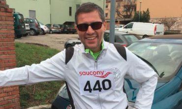 Luca Aiello, il podista non vedente, taglia il traguardo della 100 km del Passatore