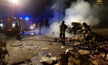 Incendio al parcheggio del Maury's: i pompieri lavorano per quattro ore