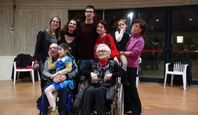 Nonna Giovanna compie 100 anni, grande festa con i parenti e amici
