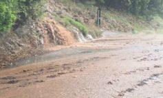 Bomba d'acqua: traffico bloccato, fognature saltate, allagamenti e forti disagi