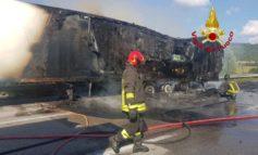 Camion a fuoco sul Raccordo, un'ora di lavoro per pompieri e polizia